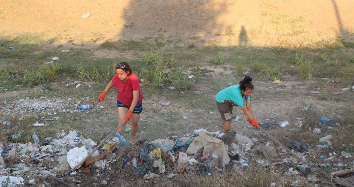 ФОТО. Ликвидация несанкционированной мусорной свалки вдоль дамбы.