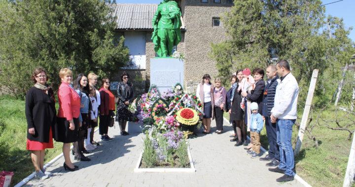 Сотрудники примэрии и подведомственных учреждений возложили цветы к памятнику Неизвестному солдату и на могилы Ветеранов ВОВ
