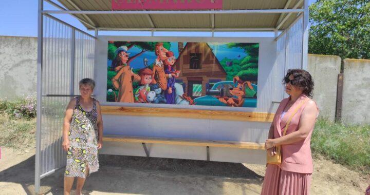 В селе Чишмикиой по улице Лесная установлена остановка с изображением сюжета из мультфильма «Простоквашино»