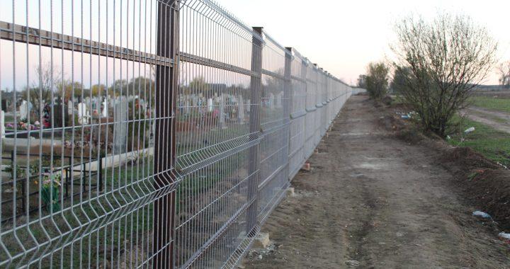 ФОТО. Работы по установке ограждения вокруг кладбища приближаются к завершению.